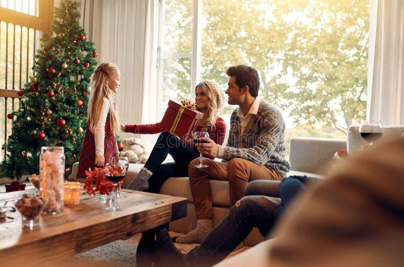 Famille à la maison le réveillon de Noël échangeant des cadeaux photo libre de droits