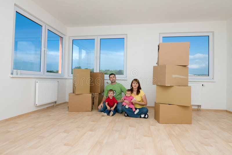 Famille à la maison neuve photo stock