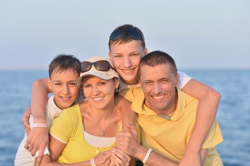 Download Famille à la plage en été photo stock. Image du loisirs - 76082362