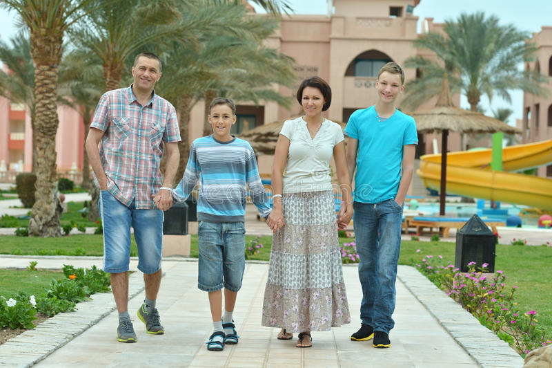 Famille à la ressource tropicale photographie stock
