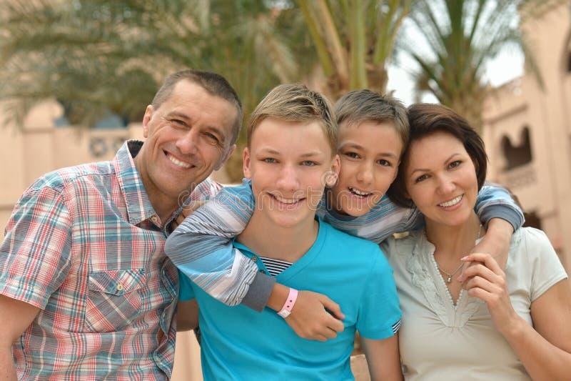 Famille à la ressource tropicale images stock