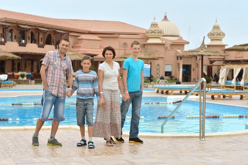 Famille à la ressource tropicale photo stock