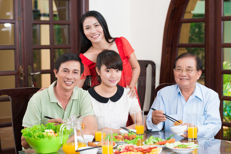 Famille à la table de dîner images libres de droits