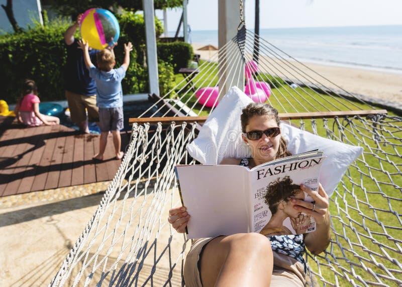 Famille à une station de vacances tropicale photo stock