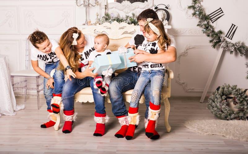 Famille échangeant des cadeaux dans Noël photos libres de droits