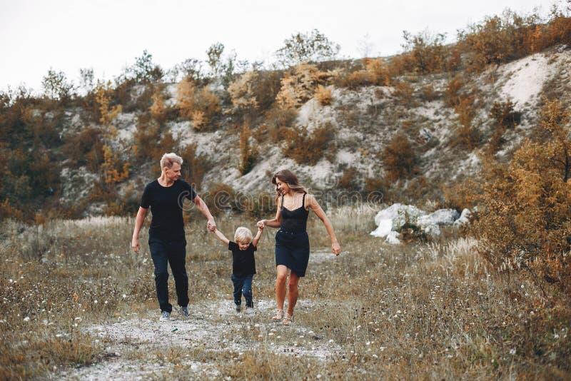 Famille élégante en parc images libres de droits