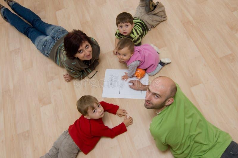 Famille étendu à l'extérieur sur l'étage photo libre de droits