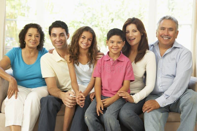 Famille étendu détendant à la maison ensemble image libre de droits