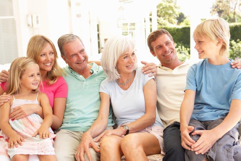 Famille étendu détendant ensemble sur le sofa image libre de droits