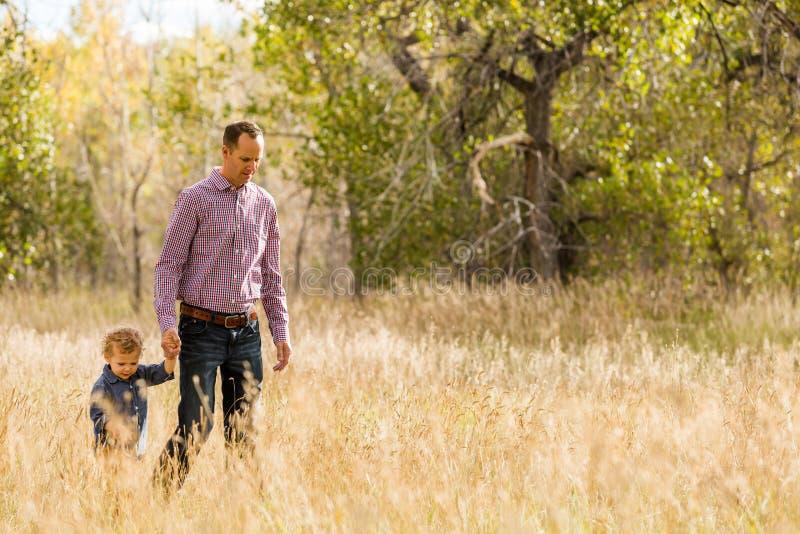 Download Famille photo stock. Image du hommes, prairie, vieux - 45355076