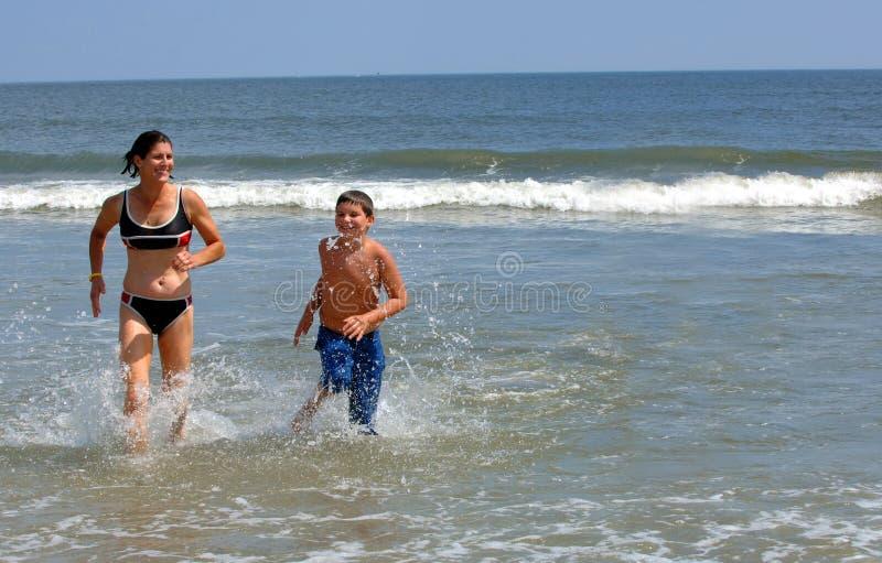 Famille actif à la plage photos libres de droits