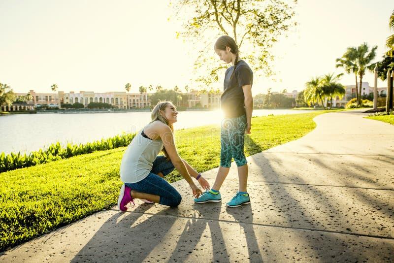 Famille active allant chercher une course ensemble dehors photo stock