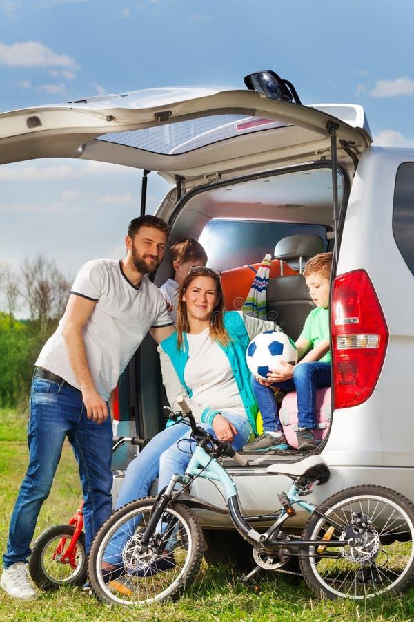 Famille active heureuse les vacances de nature photos stock