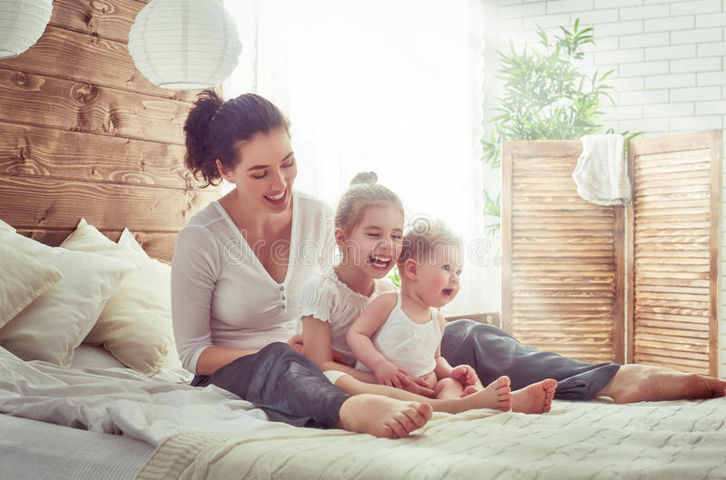 Famille affectueuse heureuse images stock