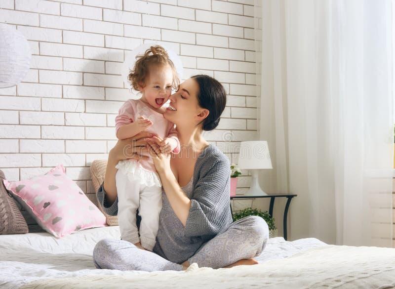 Famille affectueuse heureuse photographie stock libre de droits