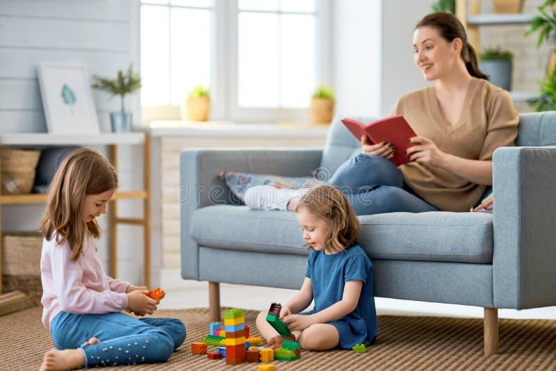 Famille affectueuse heureuse image libre de droits