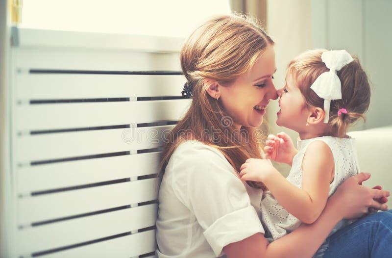 Famille affectueuse heureuse mère et enfant jouant, embrassant et hugg photo libre de droits