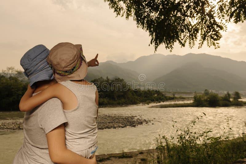 Famille ainsi que le coucher du soleil photographie stock libre de droits