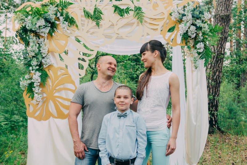 Famille amicale de trois personnes en nature photographie stock