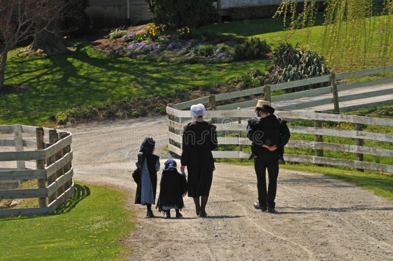 Famille amish marchant ensemble en Pennsylvanie photo libre de droits
