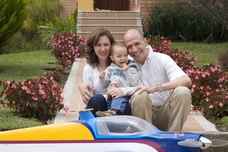 Famille appréciant à la maison photo stock