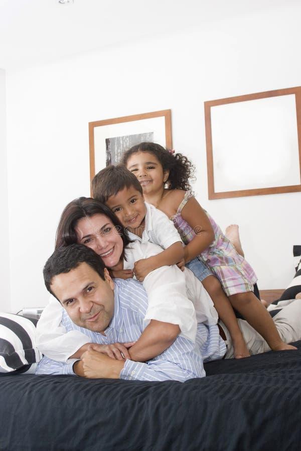 Famille appréciant ensemble image libre de droits