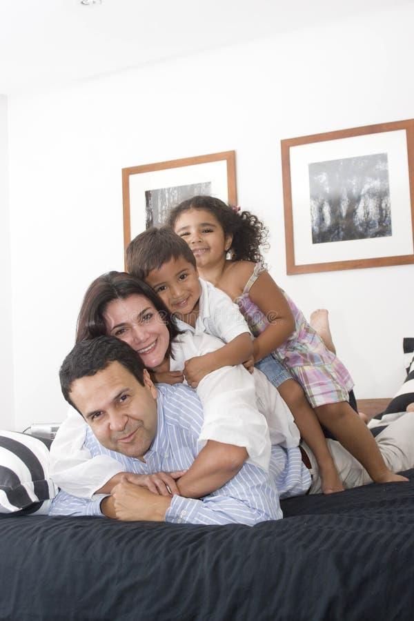 Famille appréciant ensemble image stock