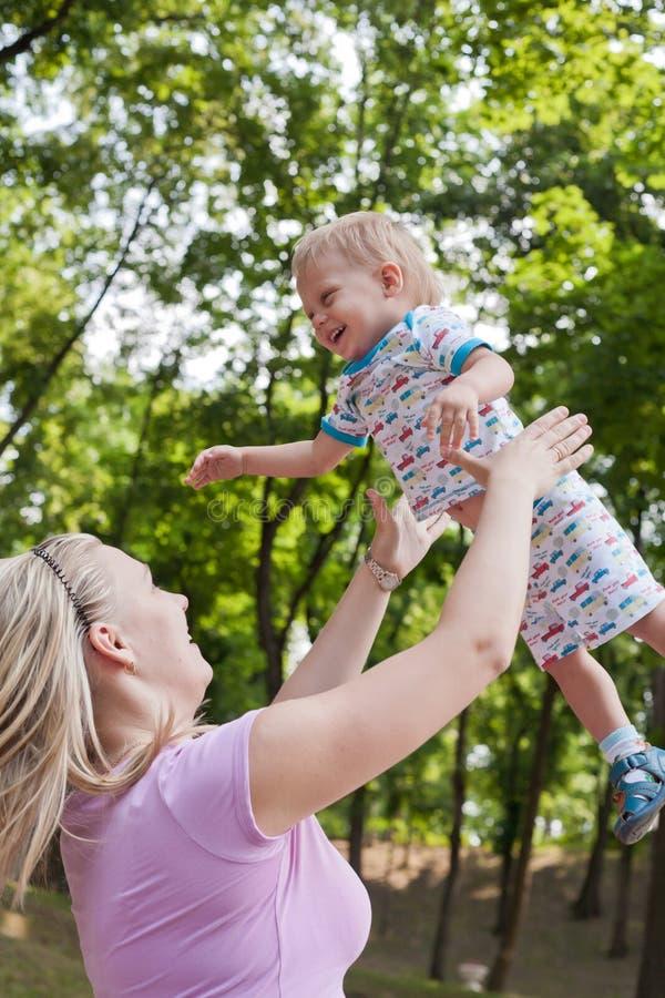 Famille appréciant la promenade en stationnement image libre de droits