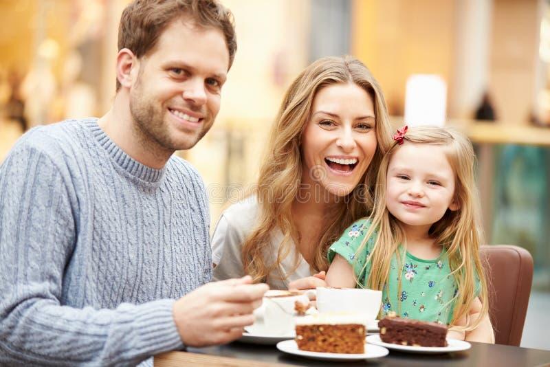 Famille appréciant le casse-croûte en café ensemble photo libre de droits