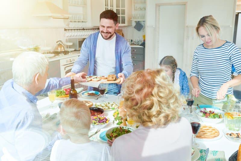 Famille appréciant le dîner au soleil images stock