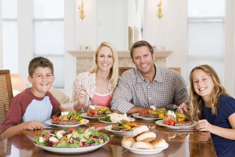 Famille appréciant le repas, mealtime ensemble photo stock