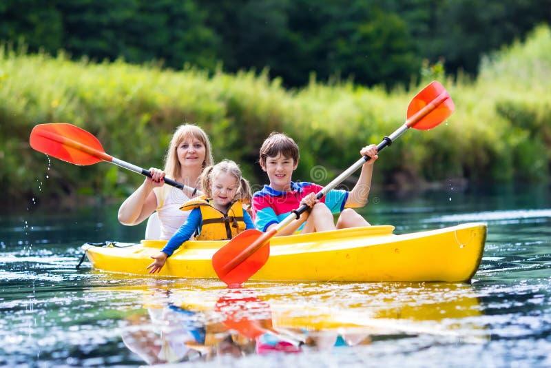 Famille appréciant le tour de kayak sur une rivière images stock