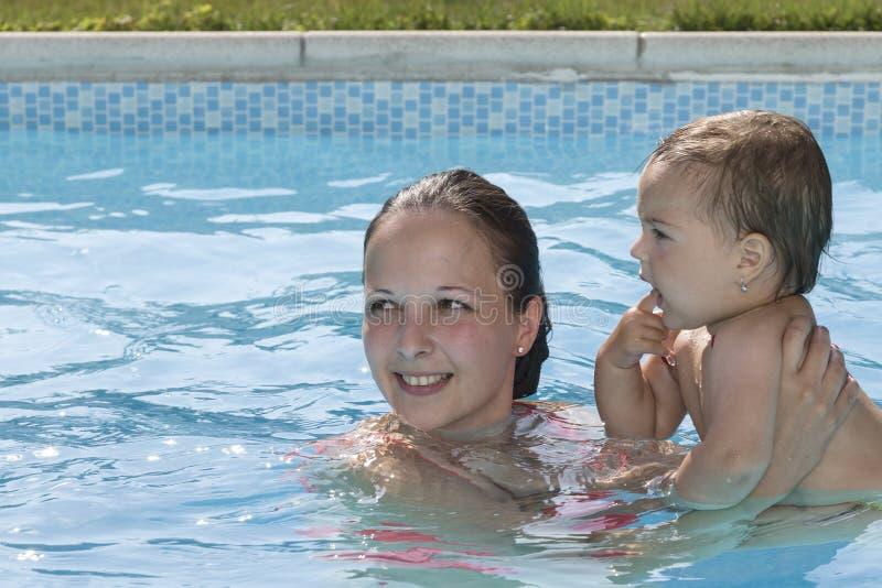 Famille appréciant une piscine photo libre de droits