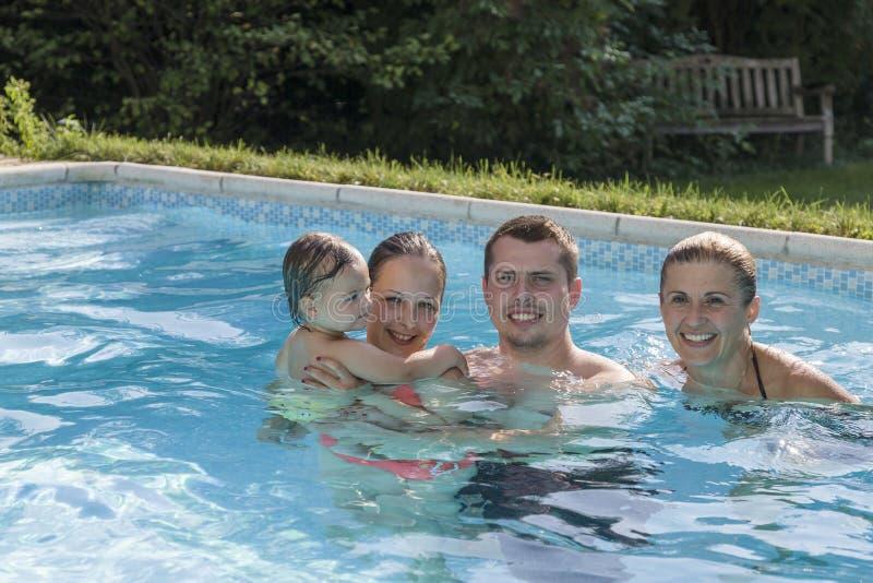 Famille appréciant une piscine photographie stock