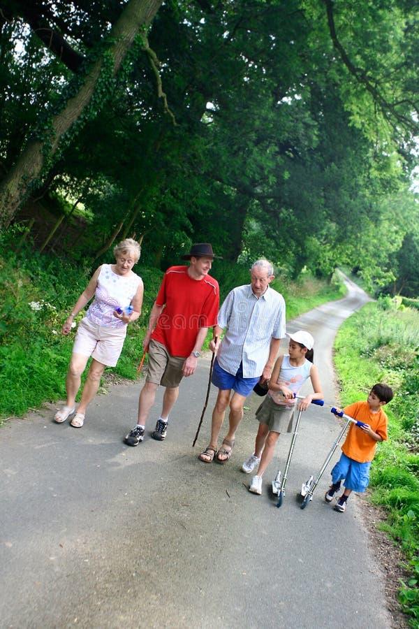 Famille appréciant une promenade photos stock