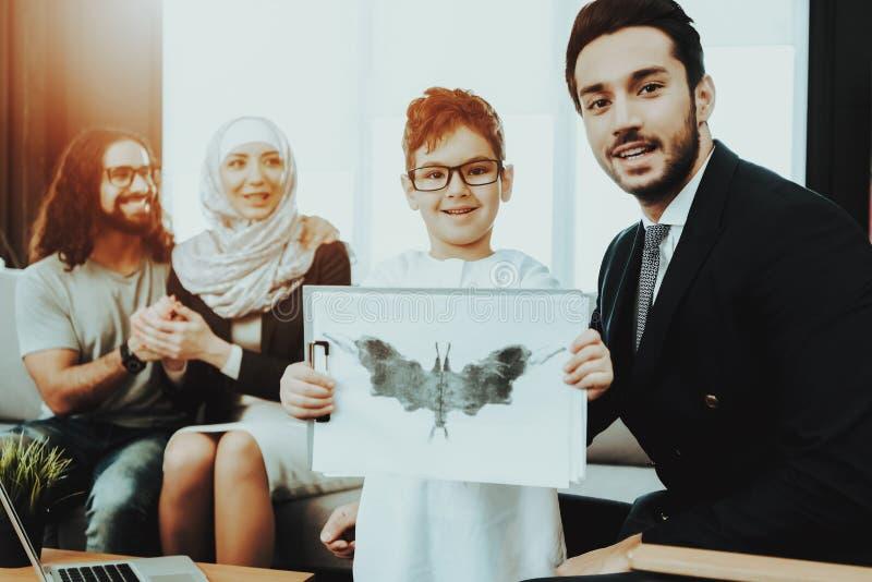 Famille arabe à la réception dans le bureau de psychothérapeute image stock