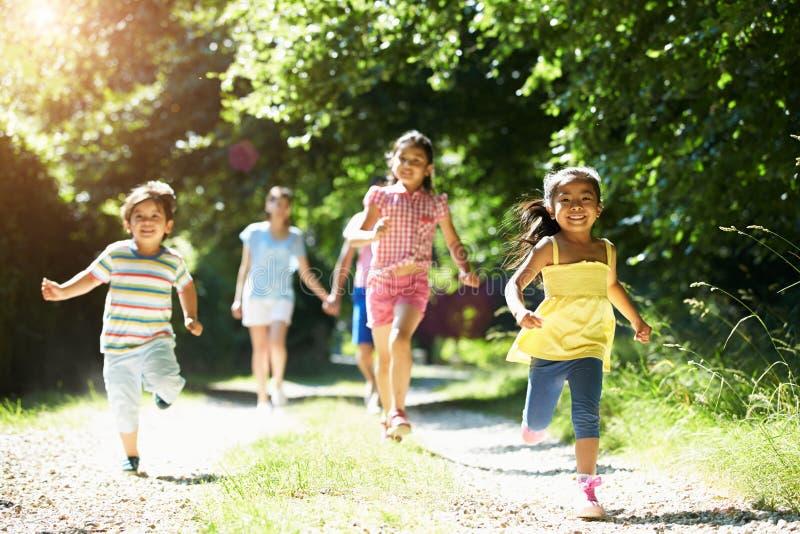 Famille asiatique appréciant la promenade dans la campagne image stock