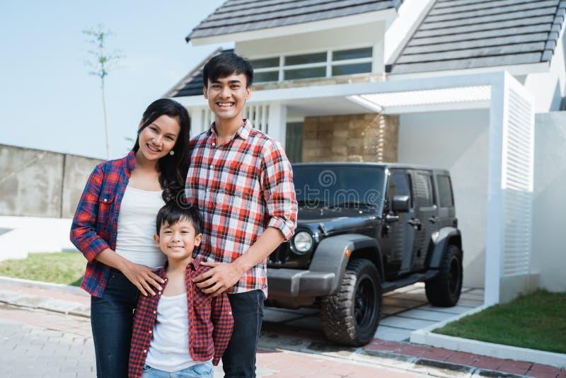 Famille asiatique ayant leur propres nouvelles maison et voiture photo stock