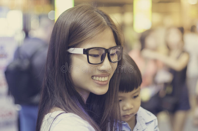 Famille asiatique dans le centre commercial photo libre de droits