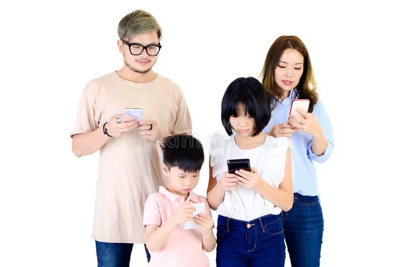 Famille asiatique heureuse à l'aide du smartphone photo libre de droits