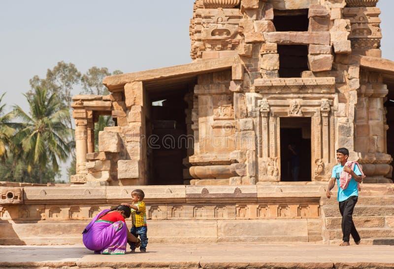 Famille asiatique heureuse ayant l'amusement près du temple hindou antique photographie stock libre de droits