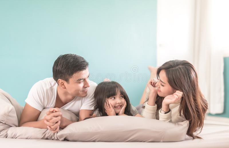 Famille asiatique heureuse de portrait dans la chambre à coucher regardant l'un l'autre images stock