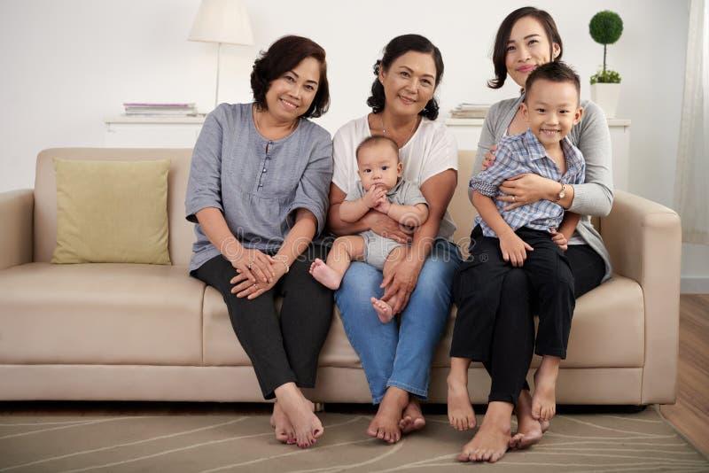 Famille asiatique heureuse posant à la maison image stock