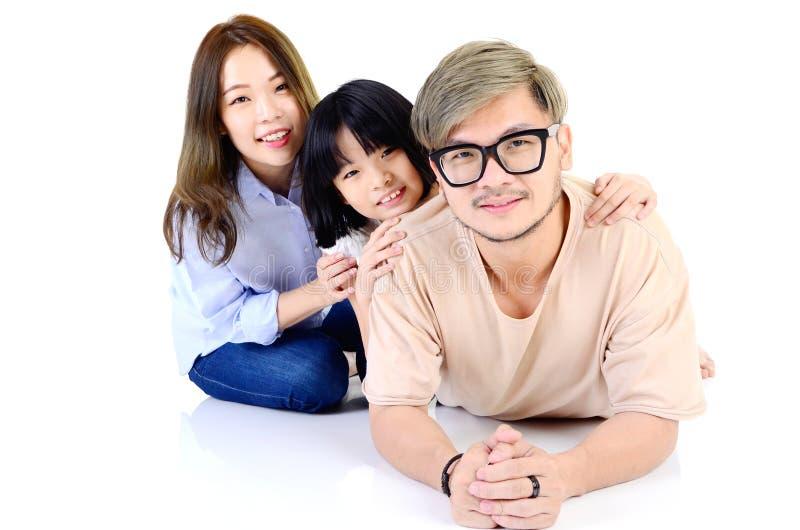 Famille asiatique heureuse se couchant images libres de droits