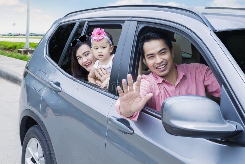 Famille asiatique regardant la fenêtre dans la voiture image stock