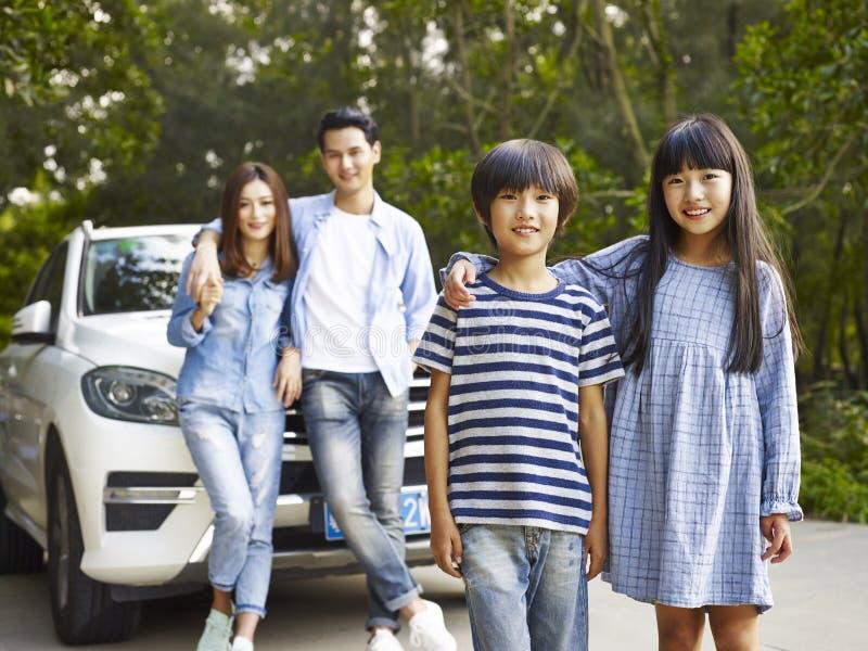 Famille asiatique sur la route photo stock