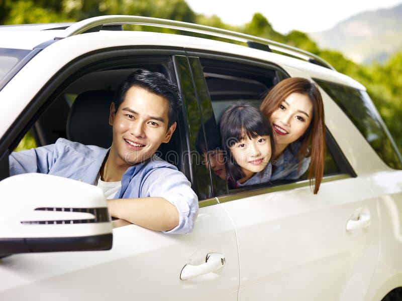 Famille asiatique voyageant en voiture photographie stock libre de droits