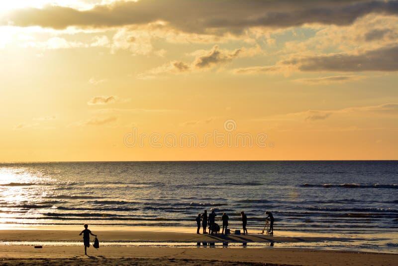 Famille attendant le lever de soleil photo stock