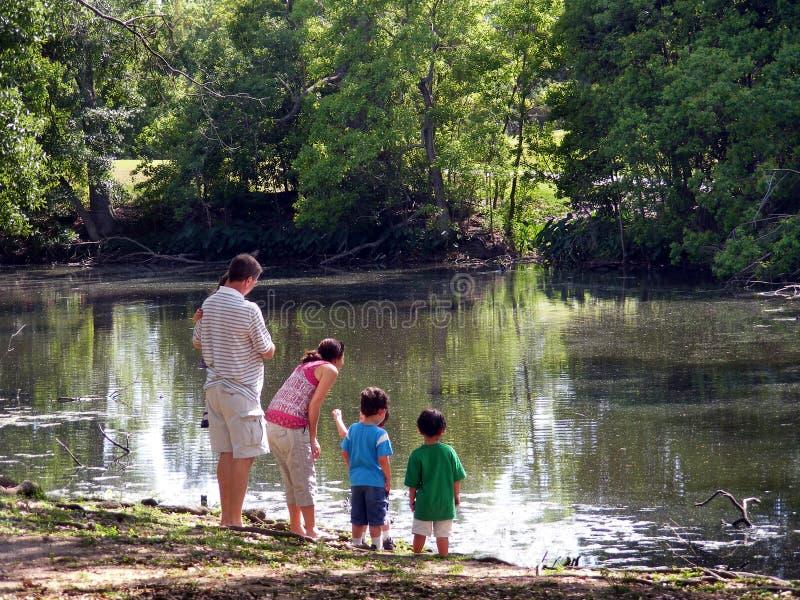 Famille au bord des eaux images stock