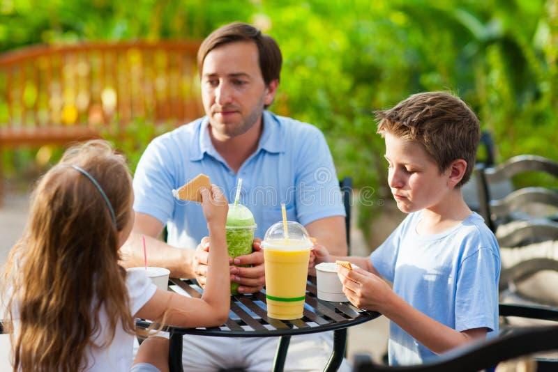 Famille au café extérieur image stock